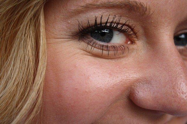 Zmarszczki na twarzy – jak powstają?